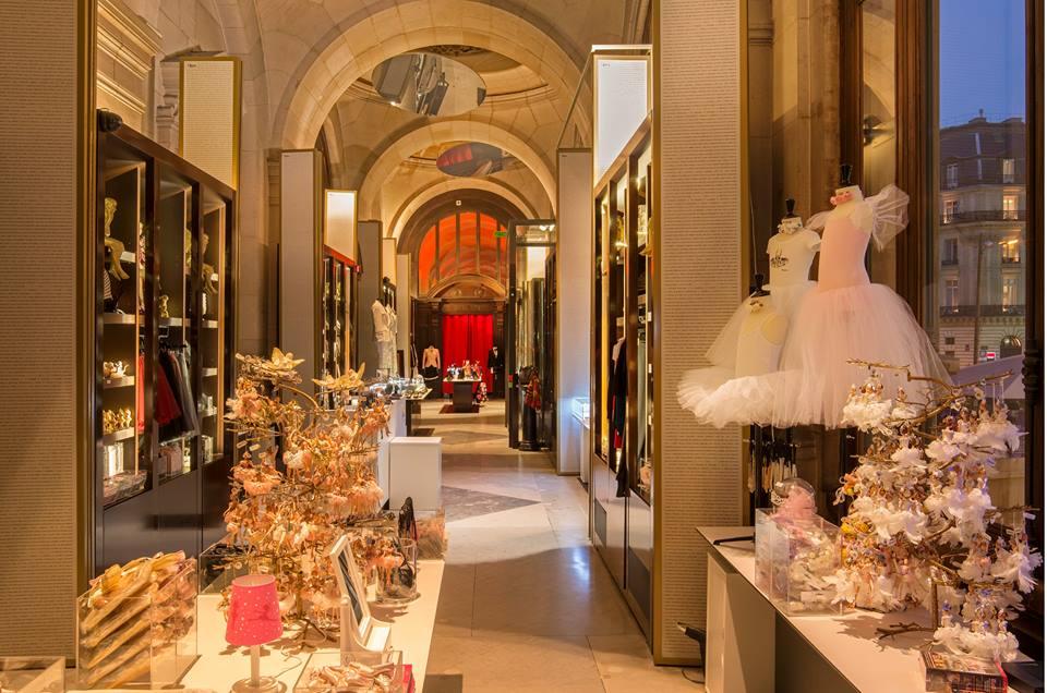 la galerie de l 39 op ra de paris vitrines spectaculaires palais garnier paris frivole. Black Bedroom Furniture Sets. Home Design Ideas