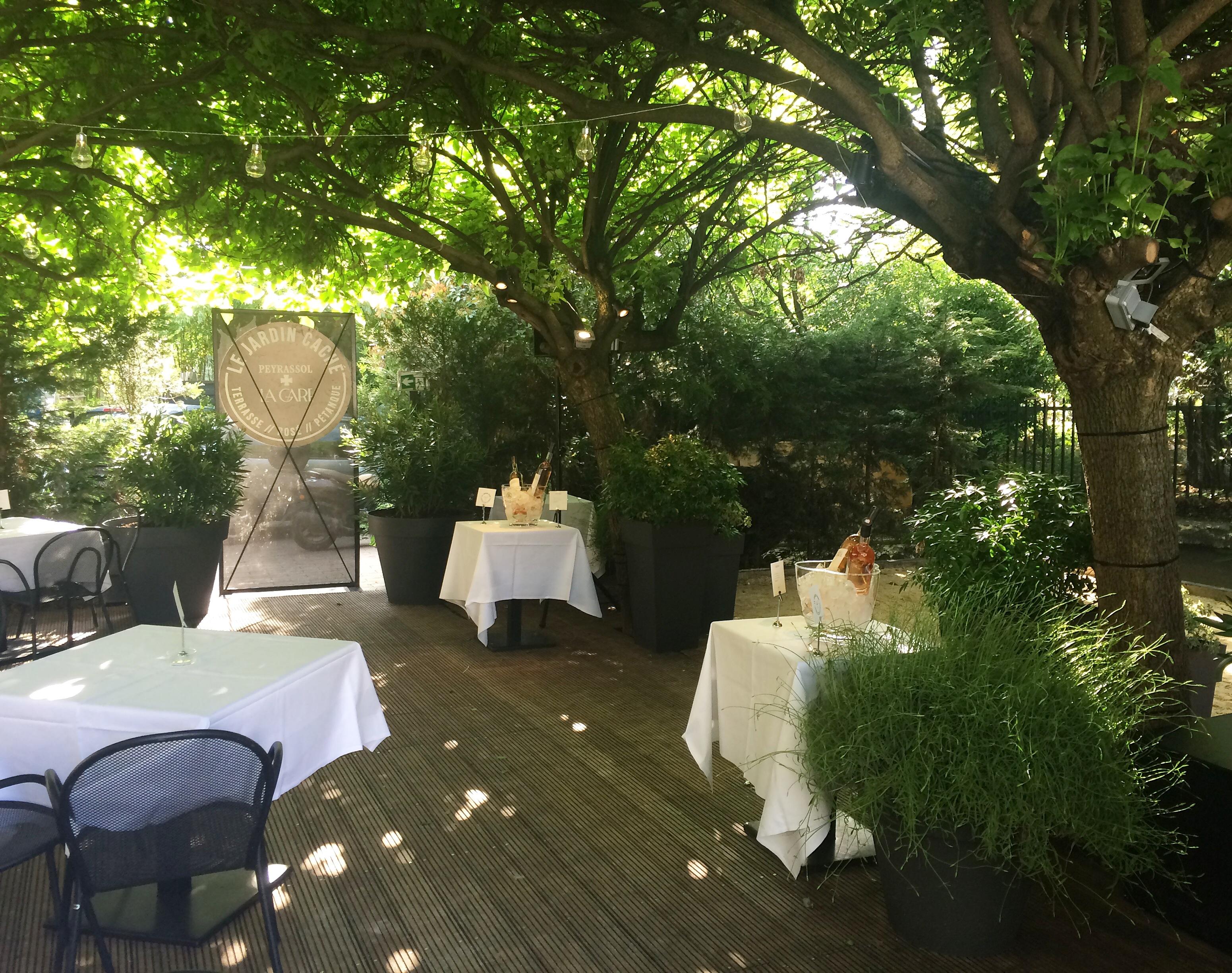 Le jardin cach domaine de peyrassol restaurant la for Restaurant jardin paris
