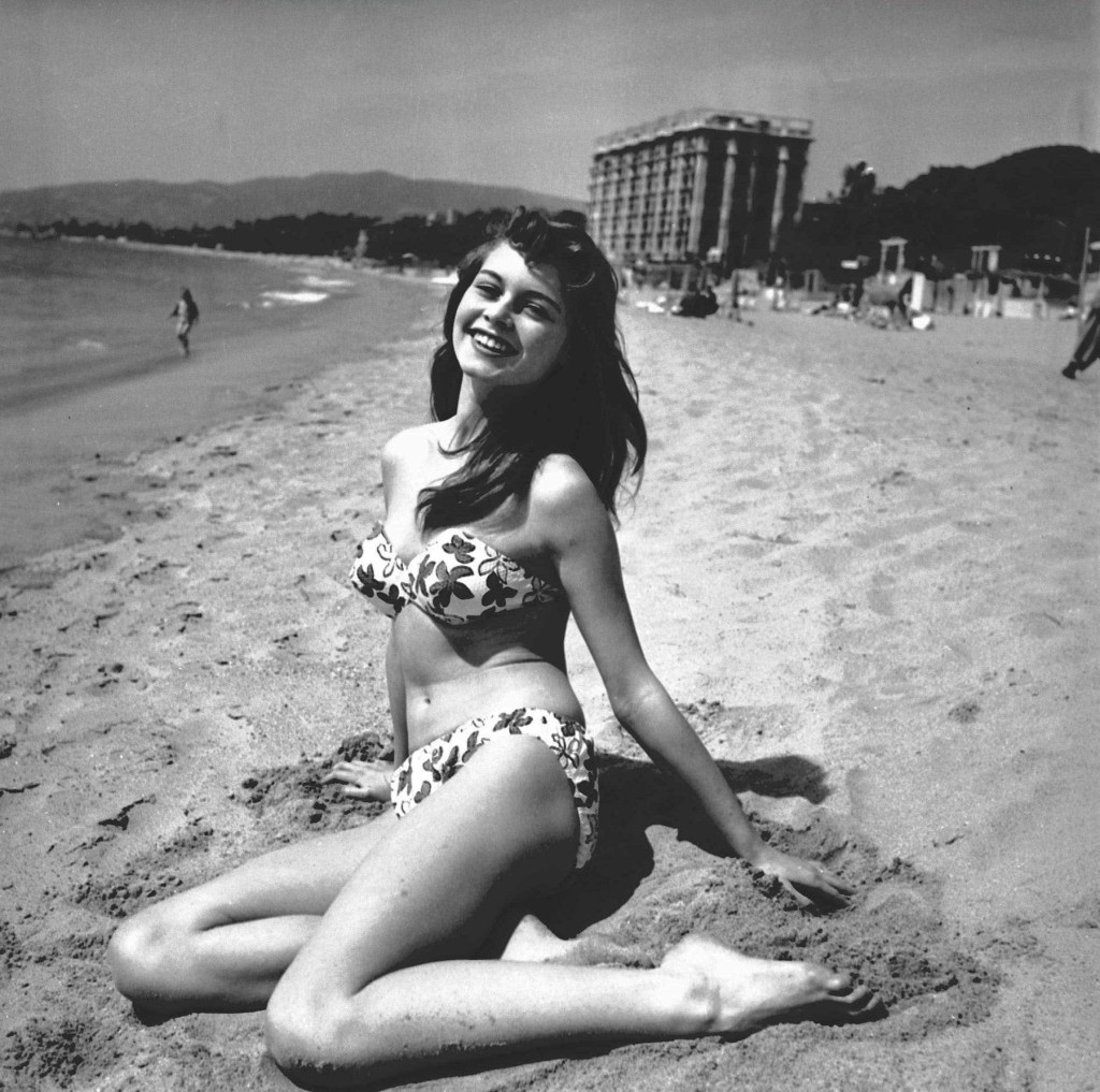Brigitte Bardot en bikini sur la plage du Carlton