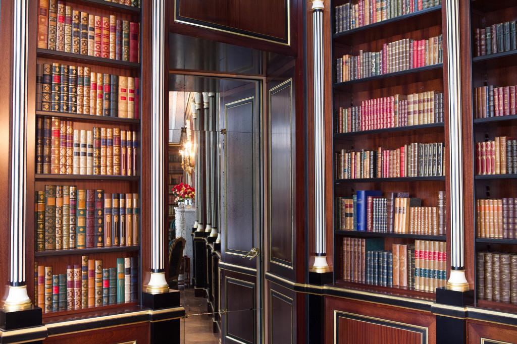 La-Reserve-Paris-Hotel-library-detail-2