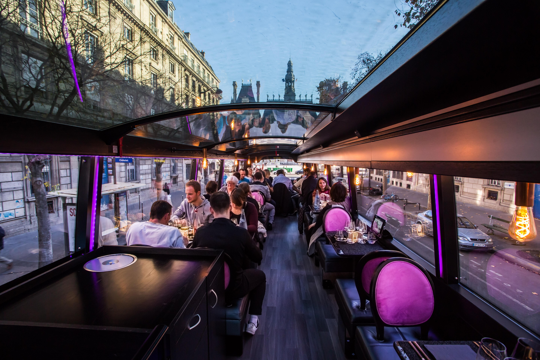 bus toqu d ner bistronomique dans un bus restaurant itin rant paris frivole. Black Bedroom Furniture Sets. Home Design Ideas